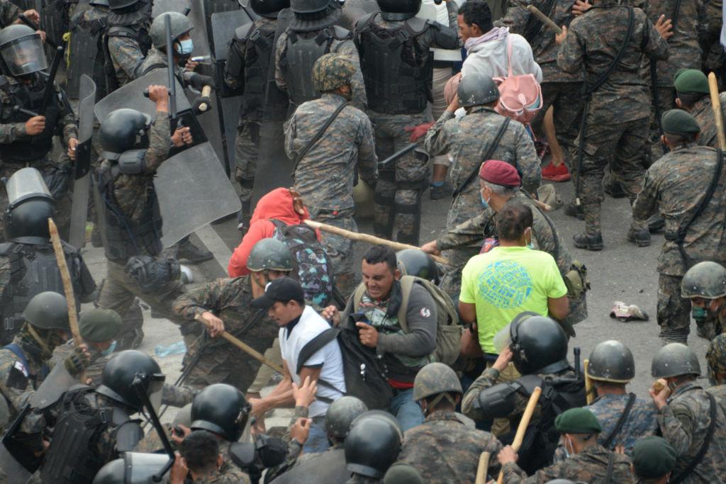 Guatemalas Polizei treibt mit Tränengas 6.000 Migranten aus Honduras zurück