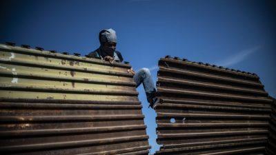 """""""Wir brauchen eine Mauer"""": Brachiale Gewalt von Migranten zeigt Schwächen in US-Grenzstruktur auf"""