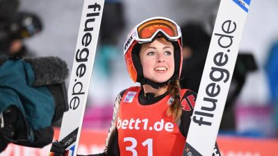 Überraschung : Skispringerin Seyfarth holt ersten Sieg