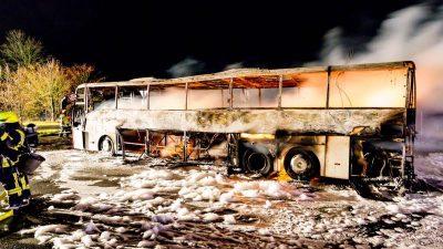 Reisebus brennt aus – Fahrgäste retten sich