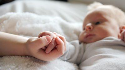 """""""Meine Zeit ist gekommen, ihr Schutzengel zu sein"""": 9-Jähriger kämpfte bis zur Geburt seiner Schwester"""