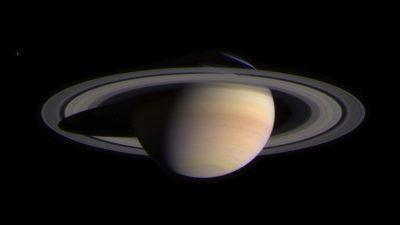 Saturnringe verschwinden und stürzen als Eisregen herab