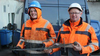 Bauarbeiter ziehen Schwert eines Elitekriegers aus Dänemarks Kanalisation