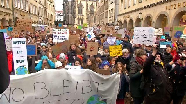"""Fridays For Future Photo: Münster Schwänzt Für """"Klimaschutz"""""""