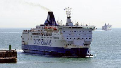 Dutzende Flüchtlinge besetzen Fähre über den Ärmelkanal in Calais
