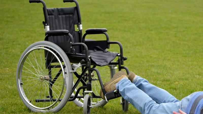 Rollstuhl,Mann,Sturz,Behinderter