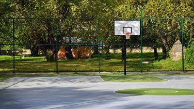 Bewaffneter Raub in Frankfurt: Jugendlicher im Park überfallen – Jacke, Schuhe, Airpods weg