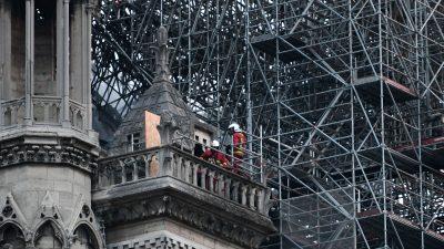 Rätsel um Brandursache von Notre-Dame – Video-Aufnahmen beweisen Person auf Kirchendach