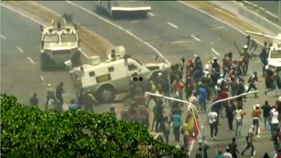 Venezuela: Panzerfahrzeug rast bei Protest in Menschenmenge und überrollt Demonstranten