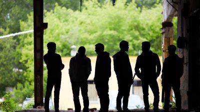 Husum: Junge Stadt-Besucher in Hinterhof von Männergruppe ausgeraubt