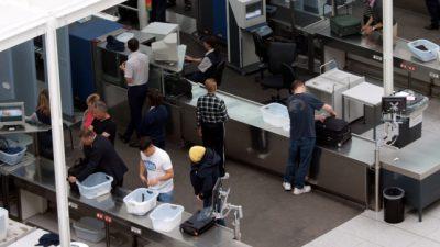 """Bundespolizei kritisiert Flughäfen und Fluggesellschaften: """"Parfumverkauf bringt mehr Geld als Flugverkehr"""""""