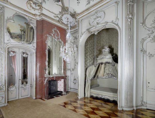 """Das Schlafzimmer des """"Alten Fritz"""" in der königlichen Wohnung im Neuen Palais."""