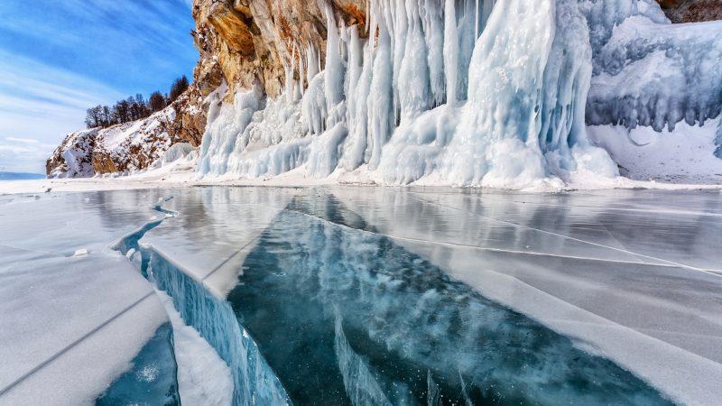Schmelzwasser fließt durch einen Riss im Gletscher-Eis.