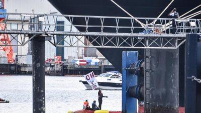 """""""Smash Cruiseshit"""": Radikale Klima-Aktivisten blockieren Kreuzfahrtschiff in Kiel für sechs Stunden"""