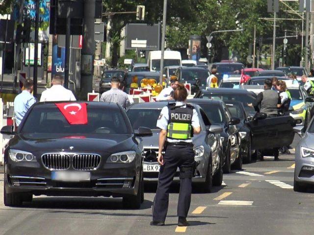 Polizei stoppt zwei Hochzeitskonvois, Ärger am Westhofener Kreuz Richtung Dortmund