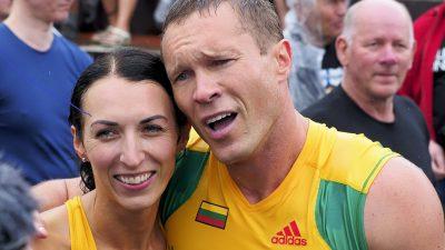 Wer seine Frau liebt, der trägt sie – Litauisches Paar verteidigt Weltmeistertitel im Frauentragen