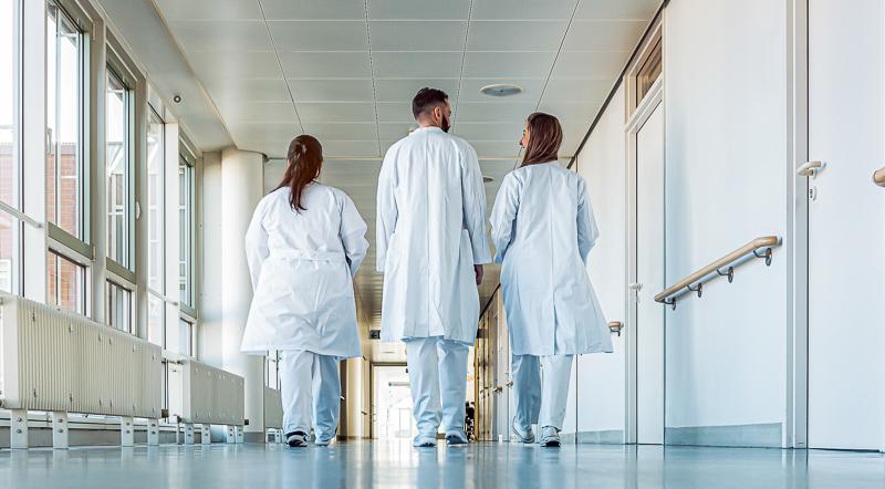 Ärzte in den USA klagen über zunehmende Online-Belästigung seit Corona-Beginn