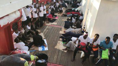 """Fünf Migranten verlassen NGO-Schiff """"Open Arms"""" zur psychologischen Betreuung"""