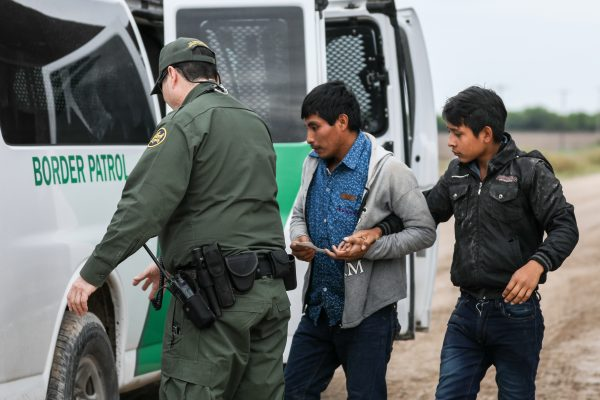 Ein Grenzschutzbeamter verhaftet illegale Einwanderer, die am 21. März 2019 den Rio Grande von Mexiko nach Penitas, Texas, überquert haben. Foto: Charlotte Cuthbertson/The Epoch Times