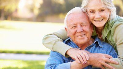 Pflege von Alzheimer-Patienten: Wie Positivität und Humor die Belastbarkeit beeinflussen