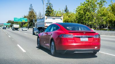 USA: Verfolgungsjagd im Tesla endet mit leerem Akku – Verdächtiger kann entkommen