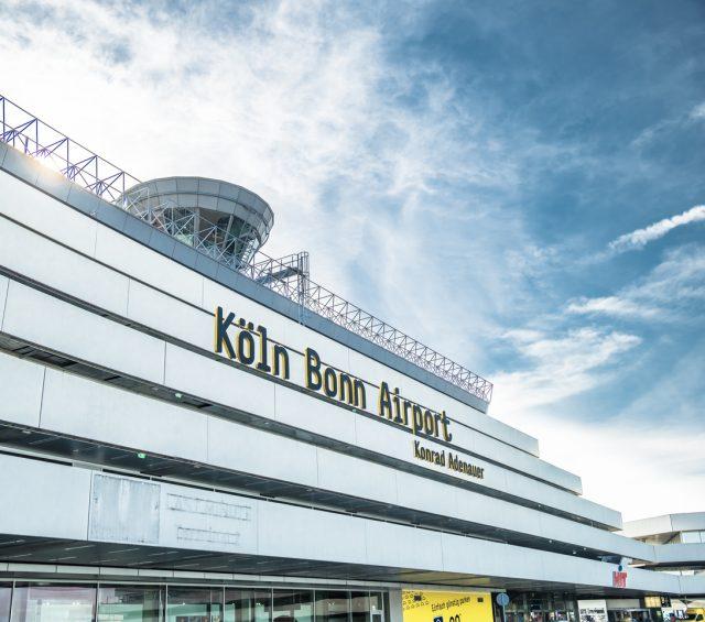 Regierungsbeamte pendeln zwischen Bonn und Berlin meistens per Flugzeug