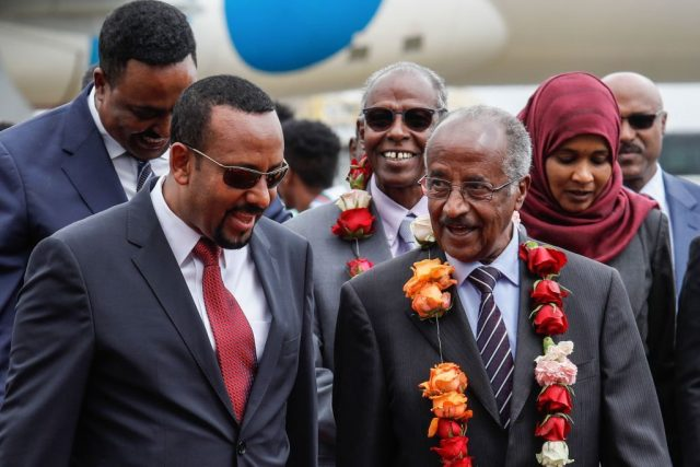 Äthiopiens Premierministerin Abiy Ahmed (L) geht mit Eritreas Außenminister Osman Saleh Mohammed (R) auf dem internationalen Flughafen in Addis Abeba, Äthiopien, zu Friedensgesprächen mit Äthiopien ein. Foto: YONAS TADESSE/AFP/Getty Images