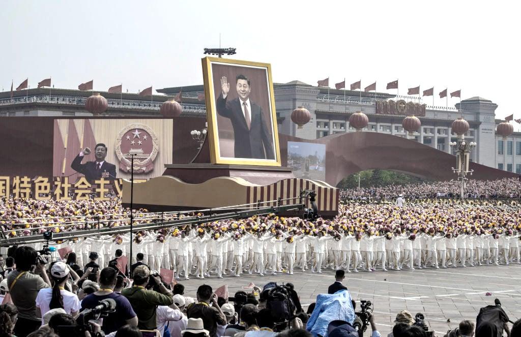 Chinas Staatschef Xi Jinping verneigt sich vor Diktator Mao Zedong