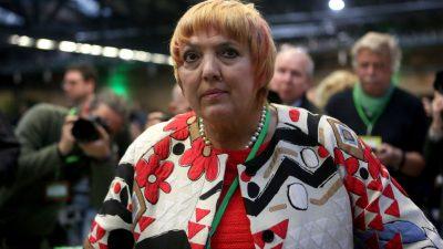 Bundestags-Vizepräsidentin Claudia Roth begrüßt hochrangigen Antisemiten mit ausgestreckten Armen