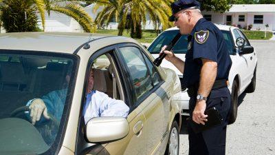 """Polizist sieht """"etwas merkwürdiges"""" bei Verkehrskontrolle und rettet 15-Jährige vor Menschenhandel"""