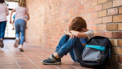"""Mädchen (9) schenkt Mobbing-Opfer neue Schuhe – """"Sie haben sich über ihn lustig gemacht"""""""