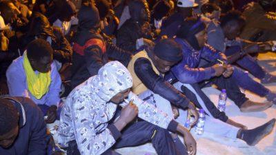Libysche Küstenwache bringt mehr als 200 Flüchtlinge zurück an Land