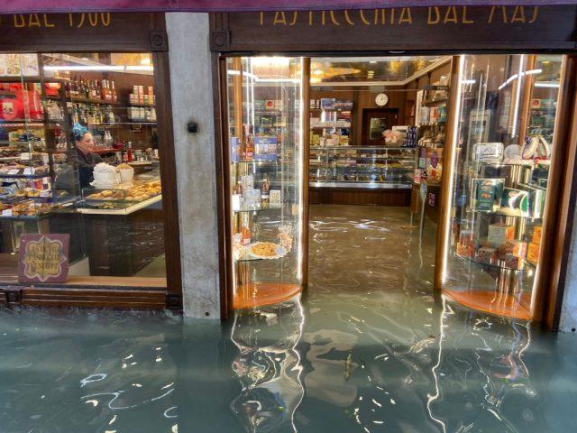 Das Hochwasser steht in einer Bäckerei in Venedig. Foto: Vittorio Zunino Celotto/Getty Images