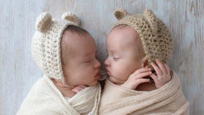Sofia und Sara: Kuschelnde Zwillinge zeigen herzerwärmende Bindung zwischen Geschwistern
