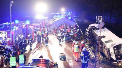Vollbesetzter Reisebus aus Polen verunglückt auf A1 – mindestens 13 Verletzte