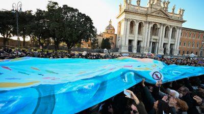 """""""Sardinen"""" demonstrieren in Rom:""""Bella Ciao""""-Gesänge gegen Salvinis Lega"""