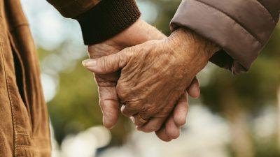 Lebenslange Liebe: 91-jährige Frau mit Demenz erkennt Ehemann an ihrem 72. Hochzeitstag