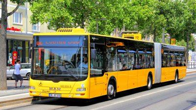 """Wirbel um """"Deutscher Fahrer""""-Schild: Fahrgast erhält Morddrohung – Busfahrer vorläufig freigestellt"""