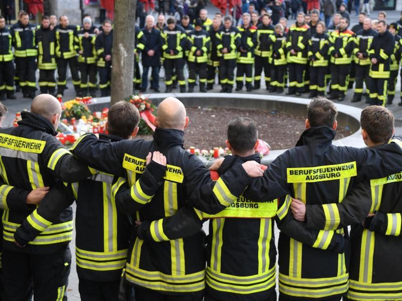 In Augsburg wurde ein Feuerwehr-Mann vor den Augen seiner Frau getötet, als es Streit mit einer Gruppe junger Männer gab.