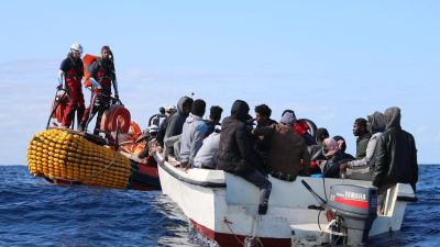 """Ocean Viking"" nimmt vor Libyen 117 Flüchtlinge an Bord"