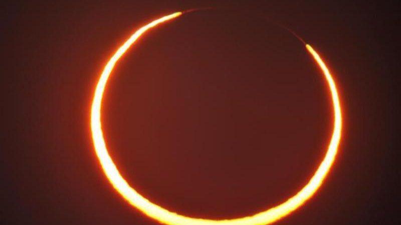 Der Mondschatten verdunkelt während einer Sonnenfinsternis die Sonne zu einem Feuerring.
