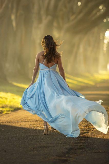 Frau trägt langes Abendkleid in blau