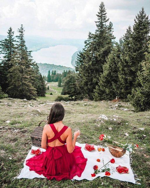 Frau trägt rotes Abendkleid mit gekreuzten Bändern am Rücken