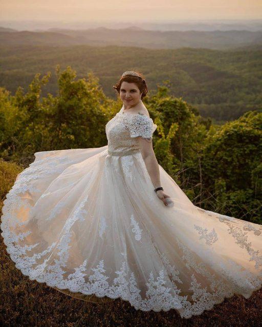 Frau trägt voluminöses Abendkleid mit feiner Spitzenverzierung