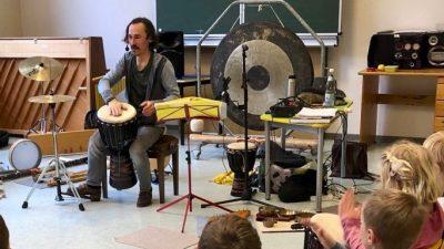 Mehr Toleranz erschafft Welten: Liedermacher Jacek Wohlers begeistert Schulen mit Kinderrecht-Projekt