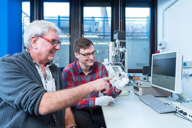 """Die Planetologen Prof. Dr. Addi Bischoff (li.) und Markus Patzek mit dem Meteoriten """"Flensburg"""" vor dem Rasterelektronenmikroskop."""