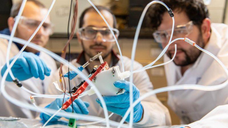 Brennstoffzellen wandeln Wasserstoff und Sauerstoff in Elektrizität um, Chemieingenieure entwickelten die Technik weiter und erzeugen Chemikalien aus Strom und CO2.
