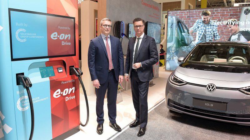 E.ON-Vorstandsmitglied Karsten Wildberger (l.) und der Vorstandsvorsitzende der Volkswagen Group Components Thomas Schmall (r.) kündigten in Essen eine innovative Lösung für ultraschnelle Ladestationen für E-Autos an. Foto: Volkswagen AG