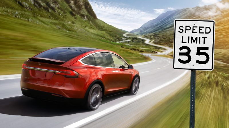 Tesla Autopilot erkennt Tempolimit falsch.
