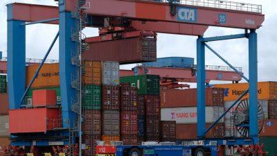 Container-Stau im Hamburger Hafen wegen Coronavirus